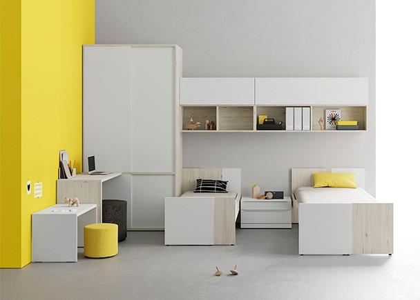Dormitorio infantil con dos camas extensibles y armario corredero de dos cuerpos, que permite situar la zona de escritorio.