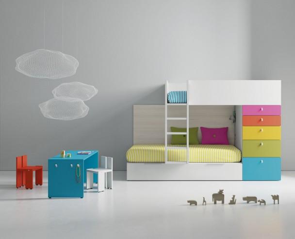 <p>Dormitorio infantil equipado con unas literas tren. El diseño dispone de barandilla fija y escalera integrada. La cama alta se apoya sobre un módulo de cajones con contenedor y un panel trasero.</p>