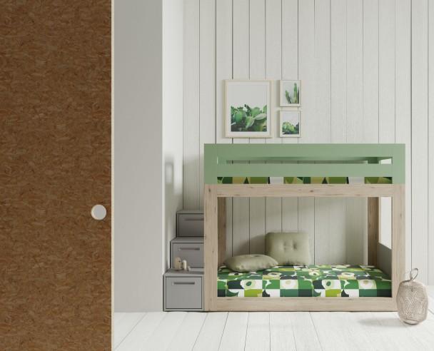 <p>Dormitorio infantil con litera baja con barandilla fija integrada y ventana lateral de acceso a cama superior. La escalera es un módulo independiente de 3 cajones.</p>