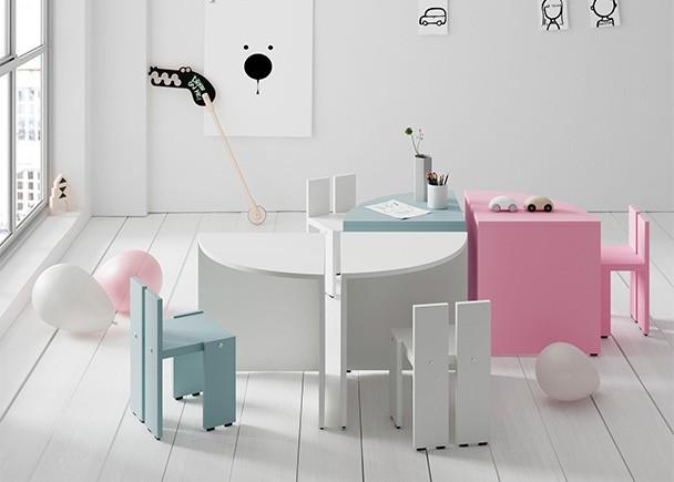 <p>Habitación infantil con zona de juegos, equipada con una zona de juegos con mesita infantil basada en un sistema modular componible.</p>