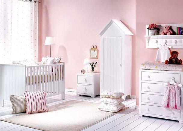 Dormitorio bebé con cuna de estilo colonial. El ambiente se ha completado con una cómoda-cambiador, un estante-perchero y una mesita de noche 2 cajones.