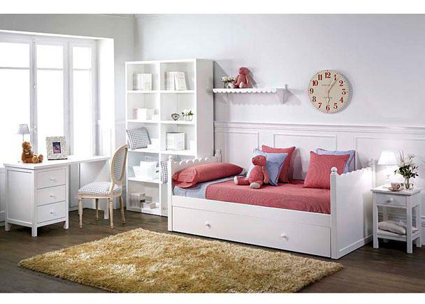 Habitación infantil lacada en blanco con cama nido modelo Ondas. El ambiente cuenta además con una mesita de noche, una estantería de un me