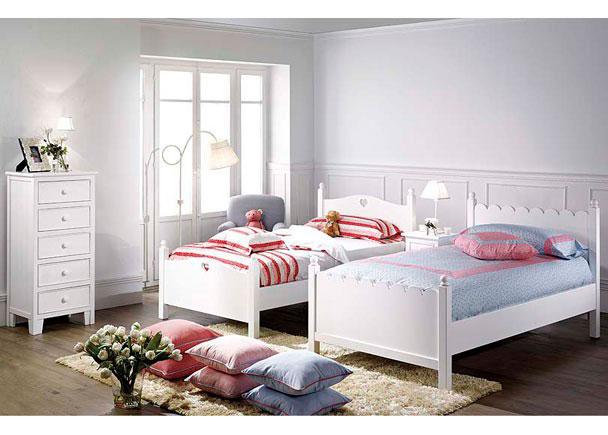 Dormitorio Juvenil con 2 camas, lacado en blanco con un sinfonier y una mesita de noche con puerta.