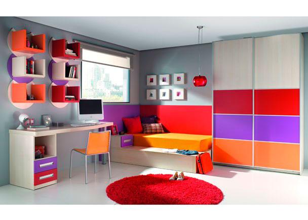 Habitación infantil muy colorida gracias a la combinación de acabados y colores en cama, armario, mesita, mesa, cajonera, etc.
