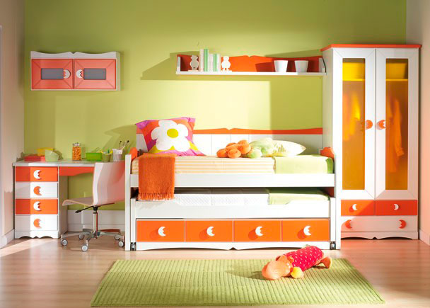 Habitación infantil con armario, compacto de 4 cajones, mesa de estudio, módulo de 2 puertas y somier.