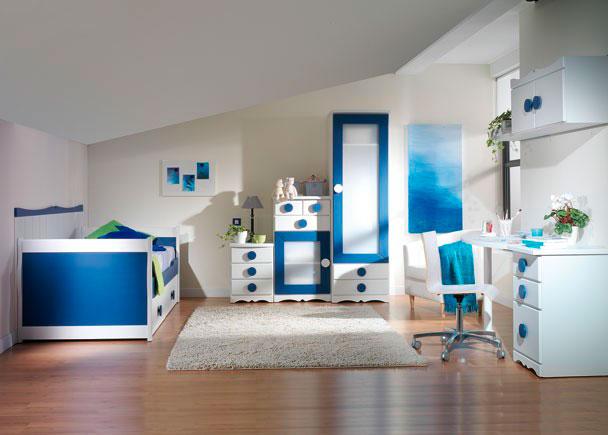 <p>Habitación infantil con Armario en escalera, Compacto y Mesa de Estudio. Acabado en Blanco y Azul Oscuro. Tirador Círculo.</p>