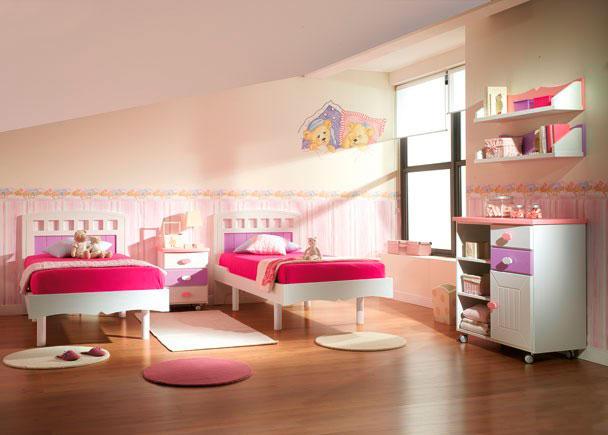 Dormitorio Juvenil equipado con 2 camas para somier de 90 x 190, mesita, cómoda y estantes de pared.