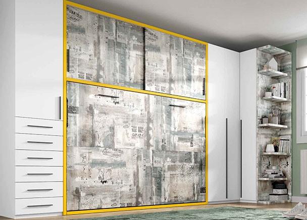 <p>Habitación juvenil con cama abatible horizontal de 135 x 190 con armario superior de puertas correderas. El resto del ambiente se completa con un armario de una puerta con sinfonier de cajones vistos y un armario rincón a escuadra de puertas plegables y un terminal de estantes.</p>