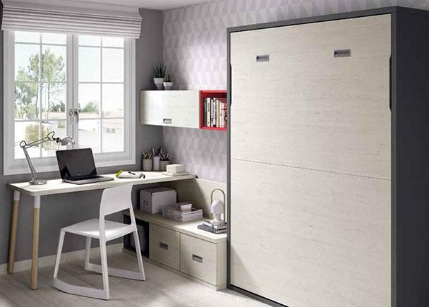 <p>Dormitorio juvenil, equipado con una cama abatible vertical para colchón de 135 x 190 con zona de estudio compuesta por un escritorio de sobre recto sobre pie retro y una credencia baja de modulos contenedores con composición mural.</p>
