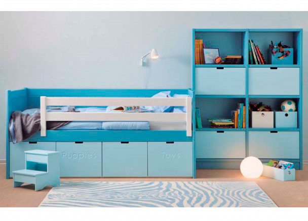 <p>Dormitorio infantil de estilo colonial realizado en color AZUL DELFIN. Está integramente fabricado en madera de haya y acabado con lacas texturadas.</p>