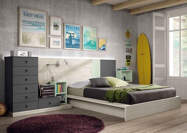 Dormitorio Juvenil con cama con base de tarima para colchón de 150 x 190. Junto a la cama se ha colocado una base con una serie de modulos apilados sobre