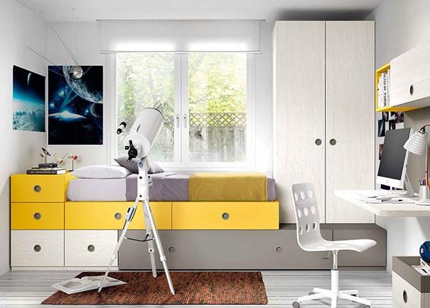 <p>Dormitorio con cama compuesta a base de cajones base y otros elementos apilables. Uno de los módulos inferiores contiene una cama nido con somier de arrastre.</p>