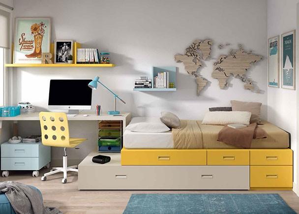 <p>Dormitorio juvenil de línea modular con cama compuesta a base de cajones base y otros apilables. Uno de los armarios queda situado detrás de la cama, cuya parte trasera se alinéa con el armario, gracias a unos arcones de puerta elevable. A la izquierda de la cama, continúa la composición con una librería y otro armario que tiene de una puerta practicable en la parte superior, con un diseño que permite aprovechar la parte inferior fija.</p>
