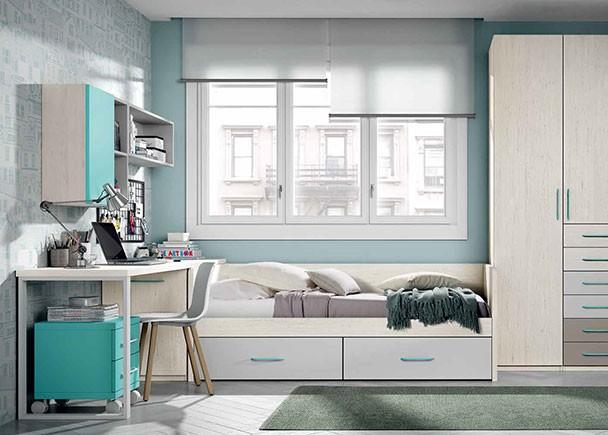 <p>Dormitorio juvenil con cama nido baja con base de dos cajones. En la cabecera de la cama cuenta con un práctico arcón de puerta extraíble que sirve de apoyo parcial al escritorio, siendo su apoyo exterior un pie cuadrado metálico. En la parte inferior del escritorio se ha añadido un modulo con ruedas de dos cajones y sobre la pared, una composición mural a base de módulos díafanos y con puerta, con disposición en vertical y horizontal. El armario es un modelo recto de 3 puertas, cuyo cuerpo central tiene la parte inferior con cajones vistos.</p>