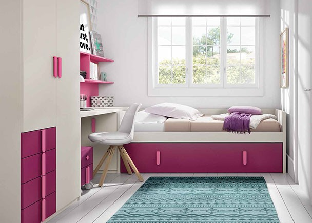 <p>Dormitorio infantil equipado con una cama nido baja con somier de arrastre. En la cabecera de la cama se ha colocado un práctico arcón de puerta extraíble que sirve de apoyo al escritorio, en cuya parte inferior se ha colocado un modulo con ruedas de dos cajones. El armario es un modelo mixto de dos cuerpos, uno con una puerta larga y otra corta con sinfonier de 4 cajones vistos.</p>