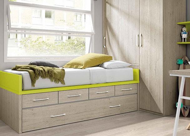 <p>Dormitorio infantil con amplio armario cabina situado en la cabecera de la cama. La cama es un compacto nido con cajones. Junto al armario se situa la zona de estudio, compuesta por una credencia baja de dos módulos, una estantería con panel y un escritorio de sobre recto sobre pie metálico.</p>