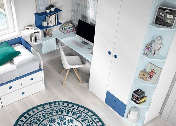 Dormitorio infantil con compacto alto de 4 cajones y 2 baúles con brazos metálicos. En la segunda pared se sitúan la zona de estudio y el a