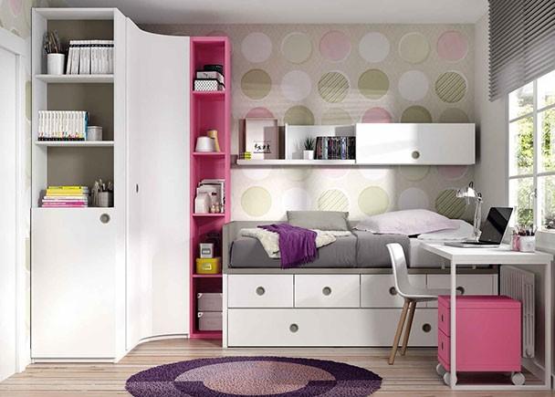 Dormitorio infantil con compacto nido de 4 cajones con somier de arrastre. El ambiente cuenta con un magnífico armario rinconero de puerta curva, que en