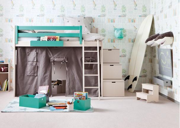 <p>Habitación infantil con litera de altura XL modelo Loft lisa para colchón de 90 x 190, con barandilla quitamiedos de 150. Junto a la cama se ha añadido a la composición un set de 3 escalones contenedores y en la parte inferior de la cama, una tela Tipi sujeta al bastidor en color Shark, para crear una zona de juegos a modo de cabaña.</p>