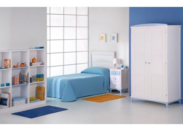 Dormitorio infantil lacado con armario colonial y mesita de noche con copete curvo de terminación. El ambiente se completa con una librería de 9 huecos.
