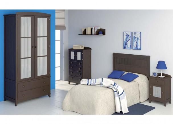 Dormitorio juvenil decorado con una cama con cabezal y un armario de dos puertas con cristales y cortinas. La mesita de noche y el sinfonier presentan la misma combinación de cristal con visillos que el armario. Todos los elementos van rematados por un copete curvo opcional.