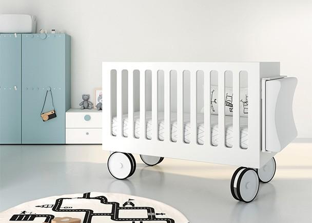 <p>Habitaci&oacute;n infantil con barandilla de barrotes y base con ruedas. Dispone de colgador lateral para el cambiador.</p>