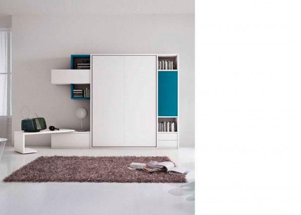 <p>Sal&oacute;n con cama abatible vertical de matrimonio.<br /><br />Dispone de una composici&oacute;n mural de 2945,5 de ancho x 218,8 de altura con cama abatible vertical de matrimonio. Dispone de un cuerpo de librer&iacute;a con 2 cajones vistos + puerta, un bajo y un modulo colgante con puerta + 2 cubos di&aacute;fanos.<br />Este mueble se fabrica en dos profundidades: 40,5 y 25,5.&nbsp;<br />La composici&oacute;n de la fotograf&iacute;a, se ha realizado en los siguientes acabados:<br />Estructura Larice Grigio<br />Frontal cama Lacado opaco<br />Puertas Lacado opaco&nbsp;</p>