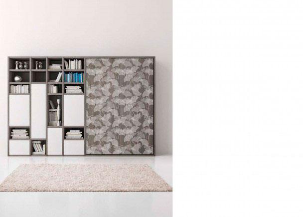 <p>Sal&oacute;n con una cama abatible vertical de matrimonio + librer&iacute;a asim&eacute;trica que combina vanos con puertas.</p>