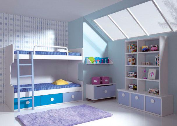 <p>Habitación infantil con litera de 2 camas, que cuenta con una práctica base nido con 3 cajones contenedores de gran capacidad.<br /><br />Ambas camas admiten un somier de 90 x 190<br />Como complementos, se han añadido una barandilla quitamiedos metálica acabada en blanco y una escalera para litera (largueros-suelo)<br /><br /><br />En la segunda pared, se ha realizado una librería con base de un módulo de 45 cm de ancho y parte superior compuesta a base de columnas de 137 cm de altura y estantes de 45 y 60 cm de ancho.<br />Los módulos se han unificado sobreponiendo una encimera recta de 136 x 47 F x 3 cm de espesor.<br /><br />Por último, hemos completado el equipamiento de esta bonita habitación, incorporando detalles como un práctico baúl juguetero con ruedas de 90 cm de ancho, y una estantería de pared de la misma medida.<br /><br /><br /></p>