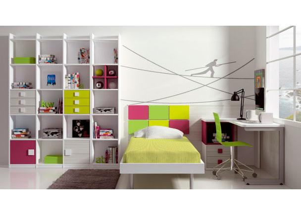 <p>Colorido dormitorio infantil con cama dispuesta según el modo tradicional.<br />Este modelo se compone de una bañera acabada en blanco con somier plano de 90 x 190.<br />El cabecero recto, se ha decorado con detalles de cuadrantes de colores vivos y contrastados.<br /><br />El gran protagonista es una librería diáfana con trasera, que aporta modernidad al conjunto.<br />(Mide 215 h x 131 de ancho x 30 F)<br /><br />La línea monocromatica se ha interrumpido con detalles de color insertados en los vanos<br />Para ello, hemos incorporado unas puertas con bisagra, modulos de cajones con llamativos tiradores cuadrados, y una cruceta lacada en color berenjena.<br /><br />La zona de estudio la compone una encimera en ángulo que apoya sobre un módulo bajo de 2 cajones + hueco y una pata metálica forma abierta</p>