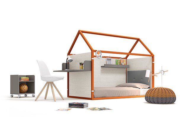 Dormitorio infantil con cama en forma de casita, fabricada en madera de haya lacada + complementos personalizables.