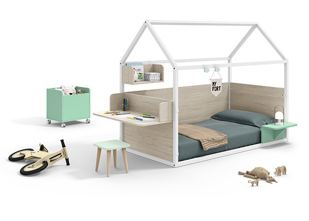<p>Dormitorio infantil con cama en forma de casita, fabricada en madera de haya lacada en blanco + complementos personalizables.</p>
