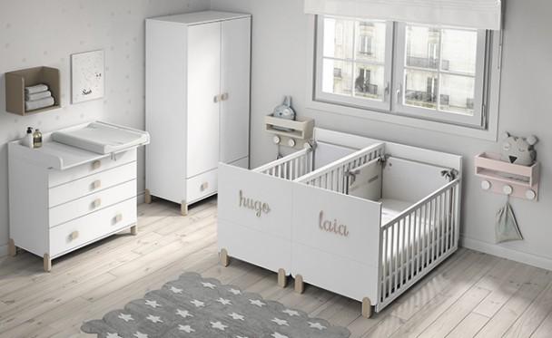 <p>Habitación infantil equipada con dos cunas gemelares para colchón de 140 x 70, ambas con barandilla móvil y patas de madera. Las cunas se convierten en dos camitas para primera etapa de edad..</p>