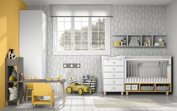 <p>Dormitorio de bebe con cuna convertible de 120x60 convertible a una cama adulta. El ambiente cuenta además una mesa con librería y dos sillitas infantiles, un armario recto de 2 puertas y una serie de complementos murales.</p>