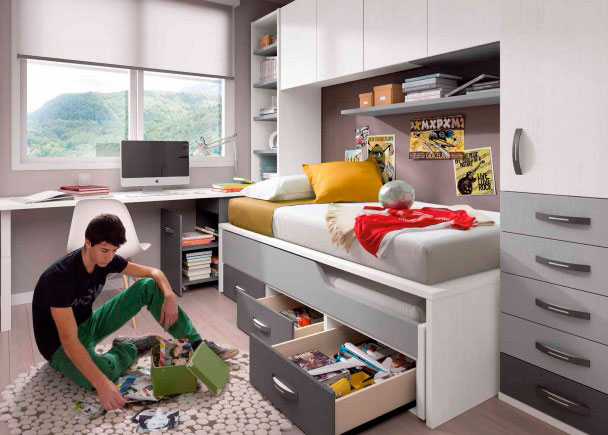 <p>Luminoso dormitorio infantil completamente equipado con un armario rinc&oacute;n de 160 x 135, en cuyo costado se sujeta un puente que discurre sobre la cama, enmarcando esta entre el armario y una librer&iacute;a de fondo especial.La cama es un compacto asim&eacute;trico con 3 cajones + arrastre, para colch&oacute;n de 90 x190En la cabecera de la cama, se ha colocado un arc&oacute;n contenedor extra&iacute;ble (ancho 49) para nidos somier 90 con ruedas 100, que sirve de base a la mesa de estudio, una tapa recta, que apoya su lado m&aacute;s exterior sobre una pata cuadrada&nbsp;</p>