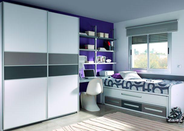 Moderna Habitación con 2 camas y armario de puertas correderas. Destaca el grosor de la mesa de estudio de 5 cm. al igual que los laterales de la cama.