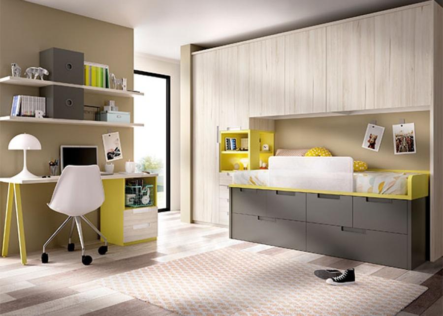 Dormitorio infantil con compacto de 4 cajones en la parte superior y dos grandes baules en la parte inferior. El ambiente se completa además con un