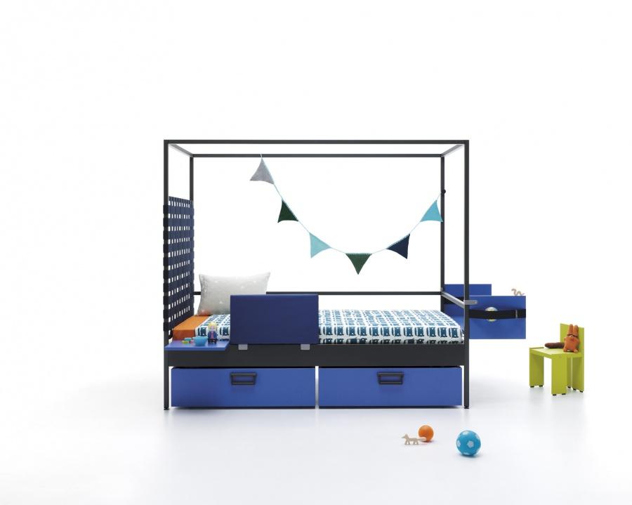 Cama combinable Wind, de estructura metálica para colchón de 90 x 200. Como complemento lleva, un cabezal con cinchas elásticas, una barand