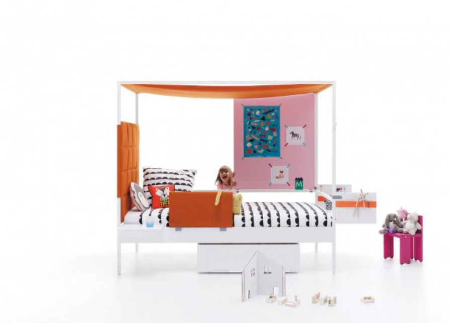 Cama combinable Funny de estructura metálica, para colchón de 90 x 200. Como complemento lleva, un cabezal acolchado cuadrícula, un toldo,