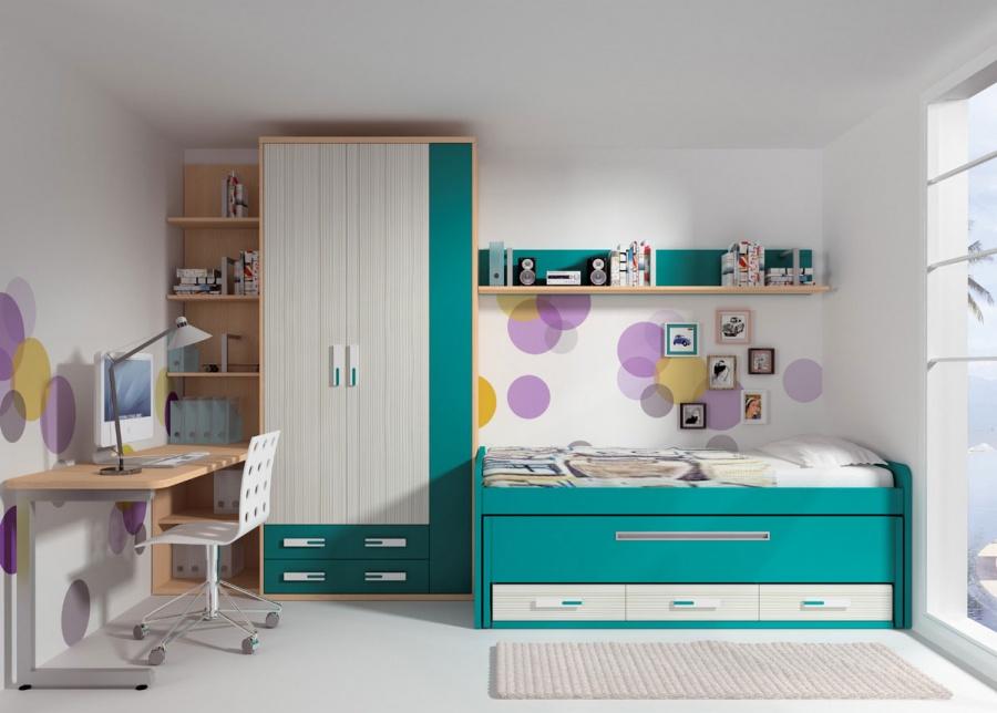 <p>Dormitorio infantil equipado con un moderno compacto de 2 camas con base de tablero.<br />La cama superior es de 90 x 190, mientras que la cama deslizante es para somier de 90 x 180.<br />El compacto dispone de un arc&oacute;n con 3 peque&ntilde;os cajones en la parte inferior.<br />Junto a la cama se ha situado un armario de 3 puertas acabado en dos tonos contrastados. Uno de los cuerpos dispone de dos cajones vistos de 112 cm de ancho.<br />A continuaci&oacute;n, hemos colocado un bajo di&aacute;fano de 60 cm de ancho, que sirve de base a la mesa de escritorio, una encimera recta con el &aacute;ngulo exterior (apoyado sobre una pata met&aacute;lica en forma de C), ha sido suavizado con un remate en &aacute;ngulo. <br />Sobre el book di&aacute;fano y descansando sobre la mesa, discurre una librer&iacute;a de sobremesa de 137 cm de altura.<br />Por &uacute;ltimo, la composici&oacute;n mural se ha realizado con una estanter&iacute;a de pared di&aacute;fana.</p>