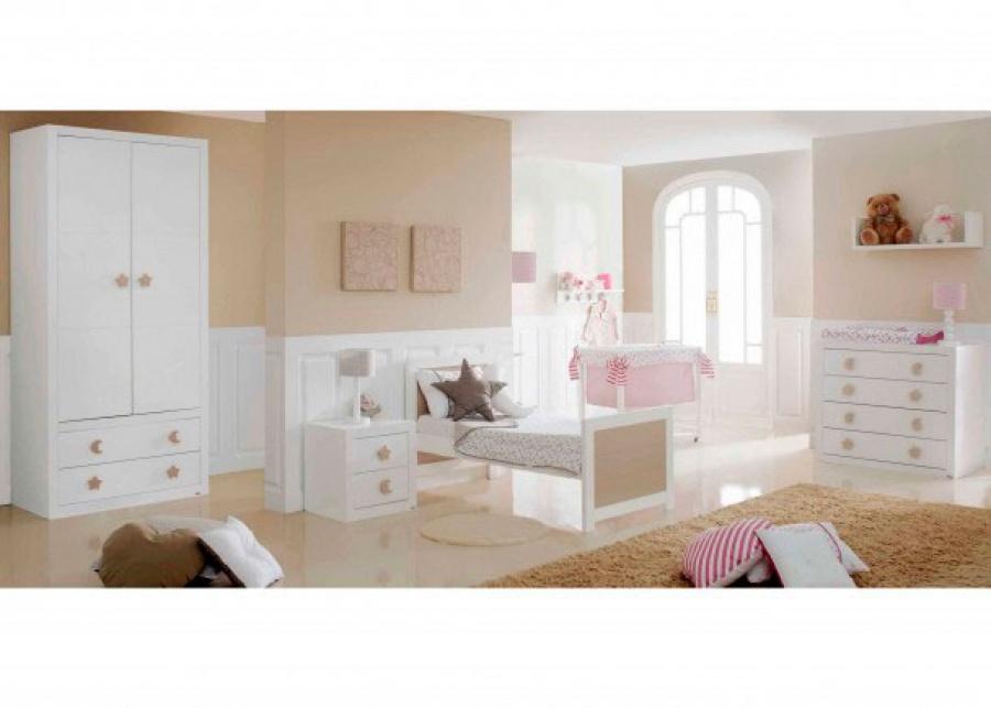 <p>Mobiliario para bebé compuesto por un armario infantil lacado con 2 cajones, cuna para colchón de 70x140 lacada y transformable, mesita con 2 cajones lacada, minicuna lacada, estante pared lacado y estante perchero lacado.</p> <p>Los complementos como el friso de pared lacado y las lámparas pertenecen a la misma colección y se pueden adquirir junto al mobiliario</p>