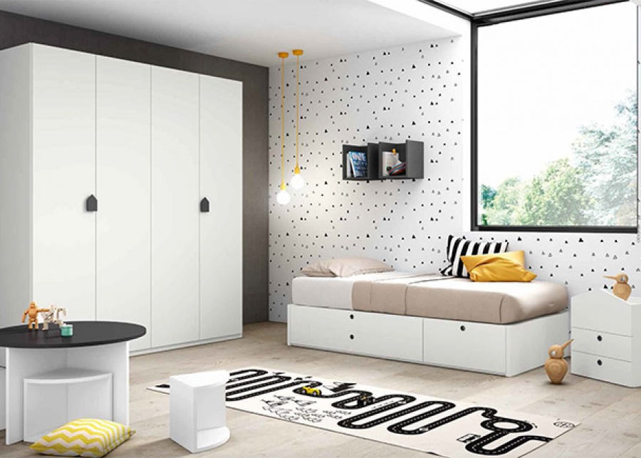 <p>Habitaci&oacute;n infantil con compacto de 2 cajones largos + 1 doble, un armario de 4 puertas plegables y mesa de juegos con taburetes.</p>