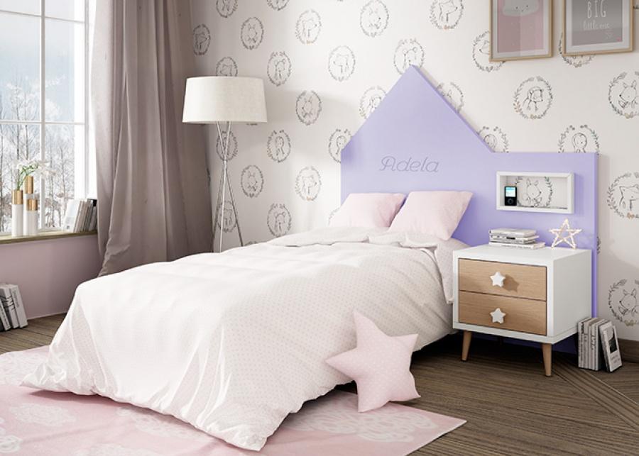 <p>Dormitorio infantil equipado con una cama individual cuyo cabezal tiene dise&ntilde;o de casita. Este tipo de cabezales se pueden personalizar con el nombre del ni&ntilde;o.&nbsp;<br />Junto a la cama se ha colocado una mesita de dos cajones sobre patas de estilo n&oacute;rdico.</p>