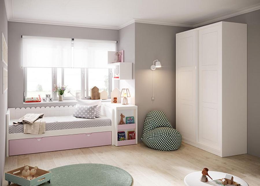 <p>Dormitorio infantil con cama nido de base deslizante con brazos y respaldo con acabado en ondas, además de un arcon extraible con estantes en la parte frontal, la composición incluye también, un armario de dos puertas correderas.</p>