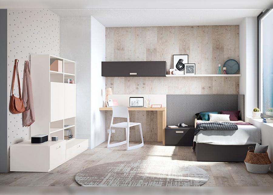 <p>Dormitorio juvenil equipado con una cama individual de arc&oacute;n elevable, para medida de colch&oacute;n de 90 x 190.&nbsp; El cabezal escogido es un modelo tapizado en dos tonalidades, un tono engloba la zona de descanso y el otro enmarca la zona de estudio.&nbsp;<br />Sobre esta misma pared se ha realizado una sencilla composici&oacute;n mural con un colgante de puerta elevable y un estante recto, en tonos contrastados con su panel inferior correspondiente.<br />La zona de estudio queda completada gracias a una librer&iacute;a planteada en la pared perpendicuar, apilada sobre m&oacute;dulos de almacenamiento en dos alturas diferentes.</p>