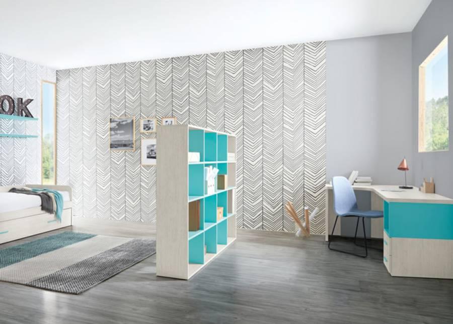 Dormitorio juvenil con dos zonas diferenciadas, separadas por una estantería bifacial que aisla visualmente la zona de descanso de la zona de estudio.La