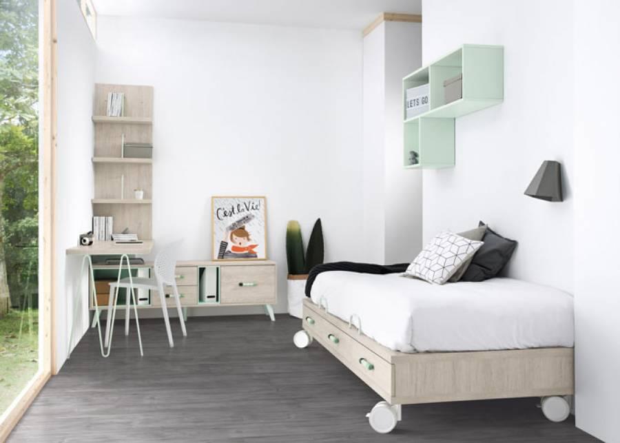 <p>Dormitorio juvenil de <strong>estilo minimalista</strong>, con cama baja de 3 cajones apoyada sobre ruedas para facilitar su desplazamiento. El ambiente cuenta con una zona de estudio con escritorio recto, un m&oacute;dulo bajo con patas de inspiraci&oacute;n n&oacute;rdica y un panel librer&iacute;a sobre el escritorio.<br />Sobre la cama se ha realizado una sencilla composici&oacute;n mural con la ayuda de una estanter&iacute;a puzzle.<br /><br /><br /></p>