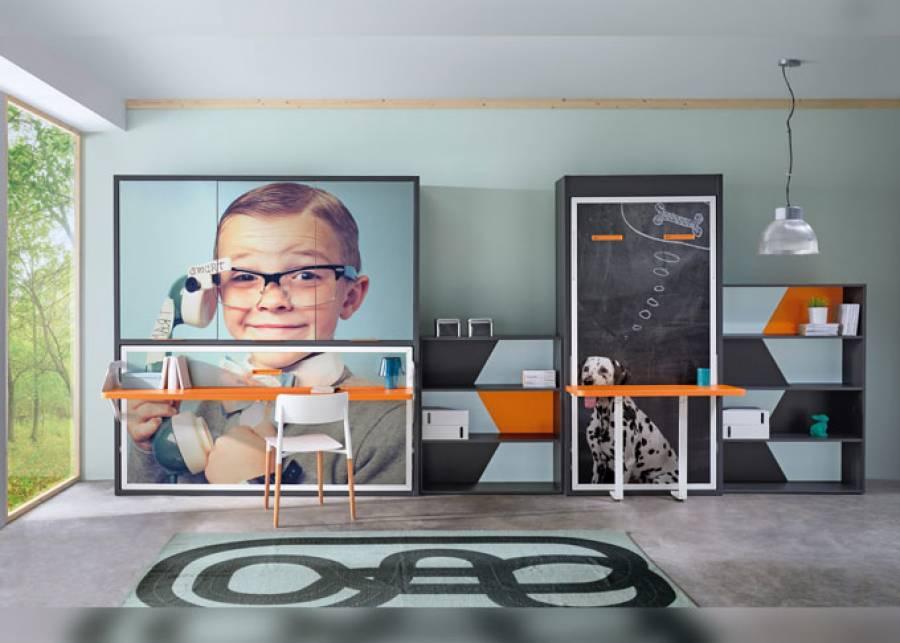 Habitación infantil equipada con unas literas abatibles horizontales y una cama abatible vertical con escritorio y dos librerías.