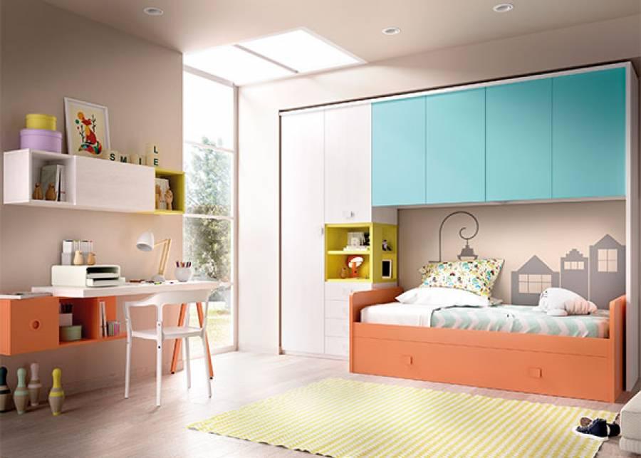 Este ambiente corresponde a un dormitorio juvenil con cama nido de arrastre, en cuya cabecera se ha colocado un armario de dos puertas batientes. En el lateral