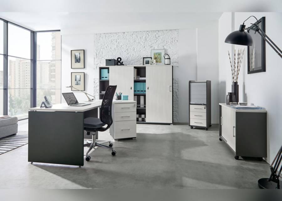 <p>Ambiente de despacho equipado con la serie OF-BASIC, orientado al equipamiento de oficinas de est&eacute;tica contempor&aacute;nea, que presenta una amplia gama de formatos en mesas y auxiliares, as&iacute; como de elementos divisorios, para hacer de tu espacio de trabajo, un entorno funcional y atractivo, en los que los conceptos de ergonom&iacute;a y comodidad estar&aacute;n siempre presentes.<br /><br />La presente escena ha sido amueblada con un escritorio angular con forma ergon&oacute;mica de 120&ordm;, que facilita el acceso al m&oacute;dulo de cajones que queda integrado perfectamente en la mesa (un m&oacute;dulo soporte de escritorio con 2 cajones + 1 archivador).<br />Como complementos se han escogido:</p> <p>Un m&oacute;dulo m&oacute;vil con persiana, uno auxiliar de puertas correderas con estante interior, y un armario PC Office con dos puertas y librer&iacute;a central + una silla operativa.</p>